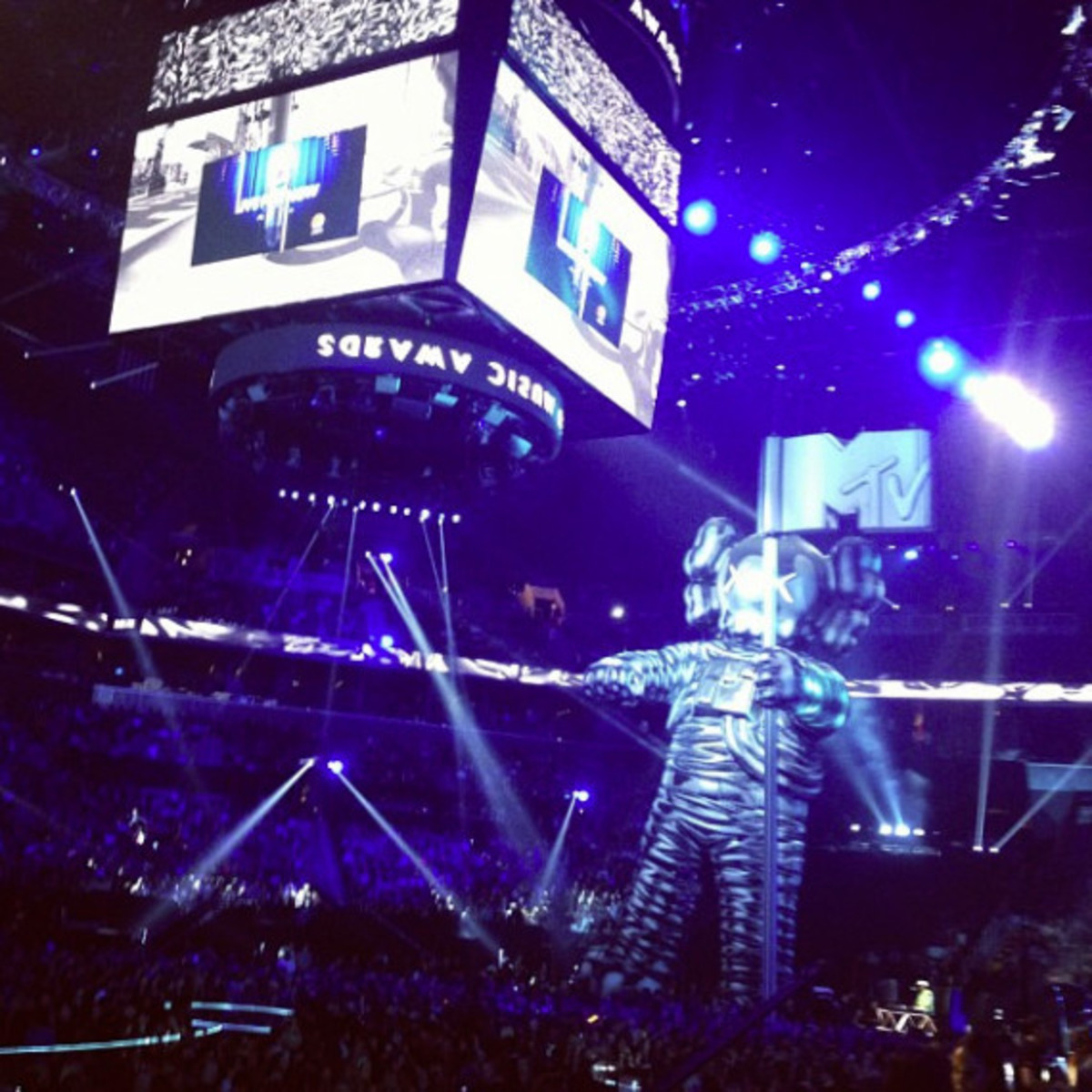 2013 MTV Video Music Awards Unveiled 60-Foot Moonman Statue by KAWS - 4