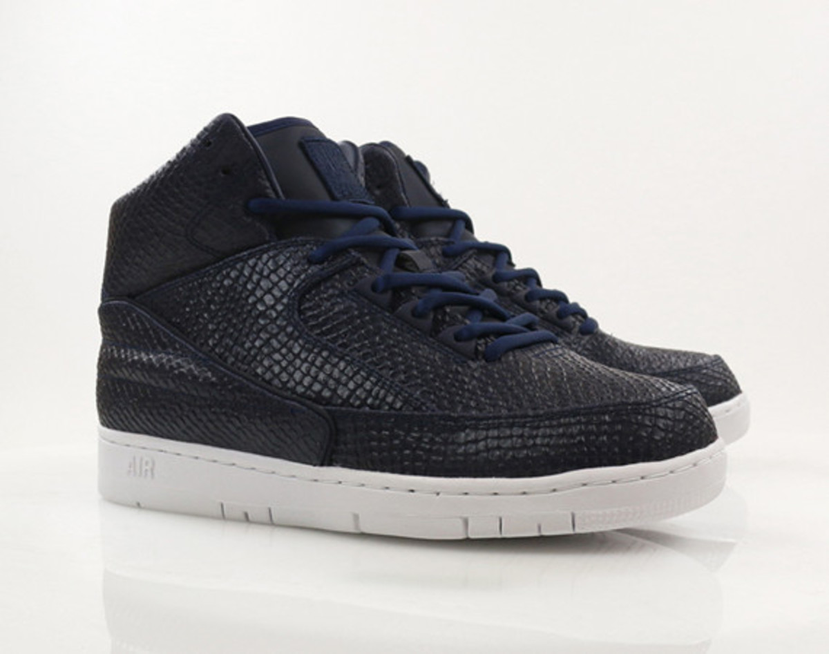nike-air-python-sp-obsidian-and-white-01