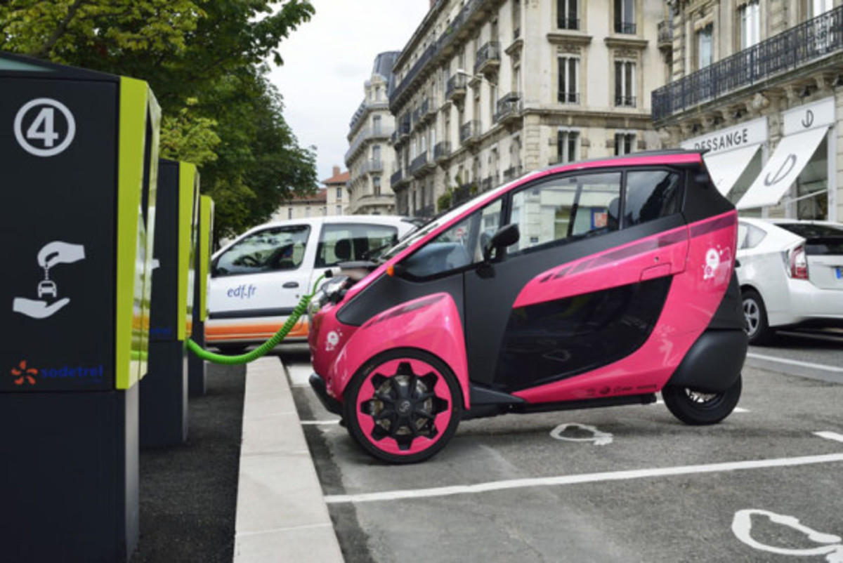 Toyota i-Road - On the Streets of France - 6
