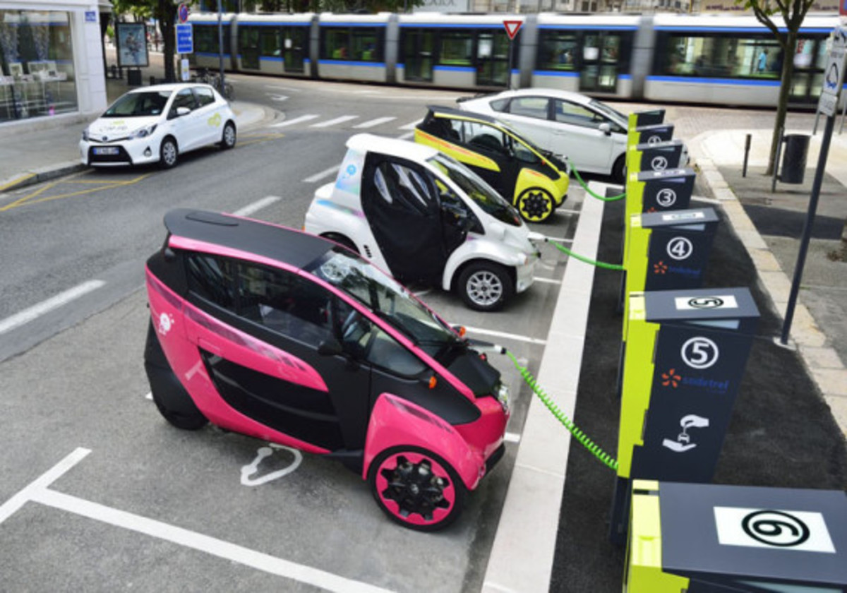 Toyota i-Road - On the Streets of France - 7
