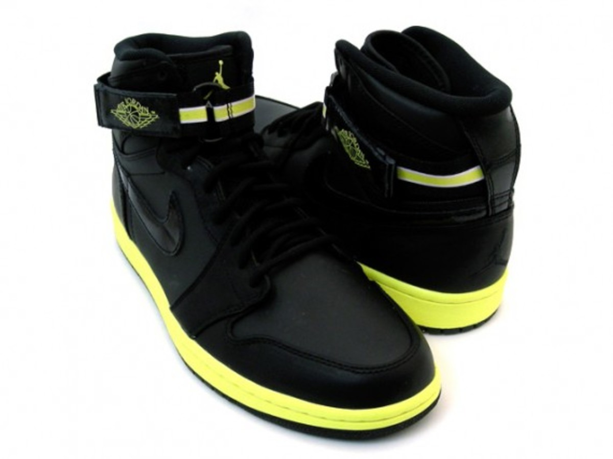 air-jordan-i-retro-high-strap-black-voltage-yellow-2