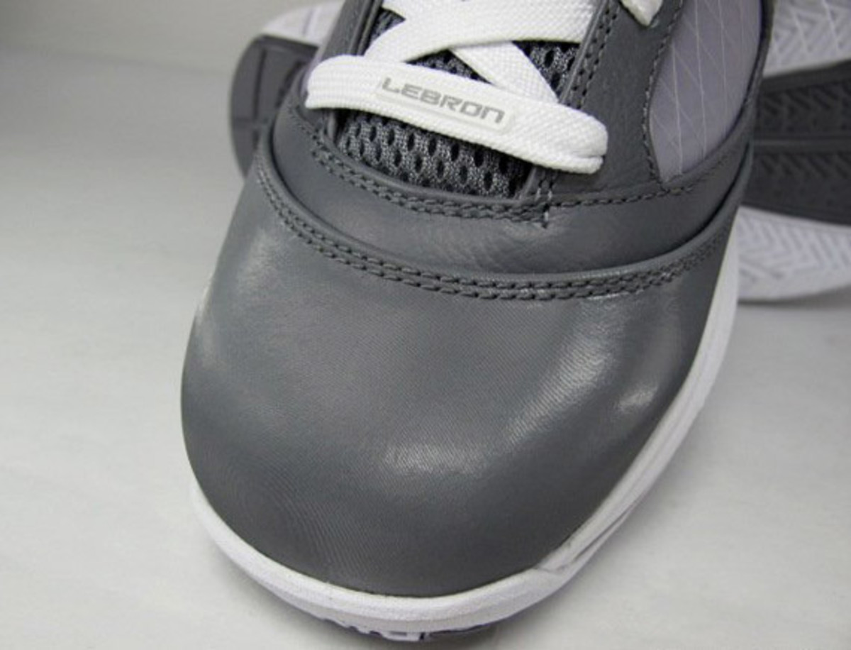 http-_imagessneakernewscom_wp-content_uploads_2009_12_nike-air-max-lebron-vii-cool-grey-09